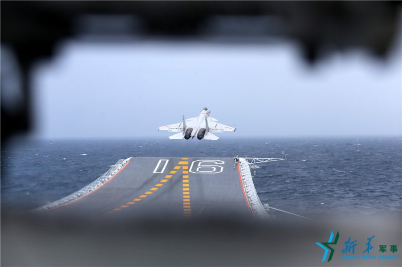 中國海軍遼寧艦,殲-15艦載戰鬥機從飛行甲板起飛(新華社)
