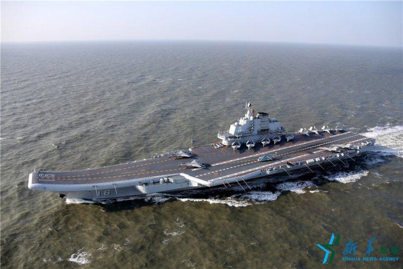 中國海軍遼寧艦,各型艦載機在甲板列陣(新華社)