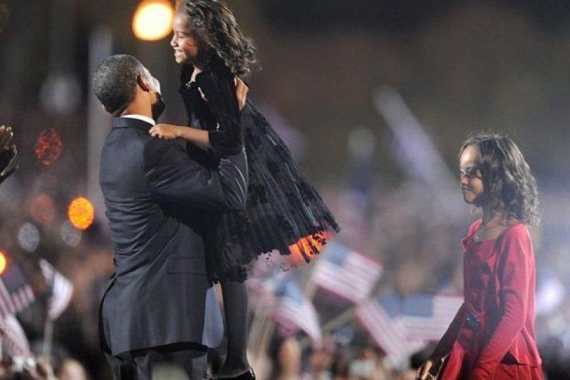 2008年,當她們的父親歐巴馬在大選中獲勝時,姐姐瑪麗亞・歐巴馬十歲,妹妹莎夏・歐巴馬七歲。(BBC中文網)