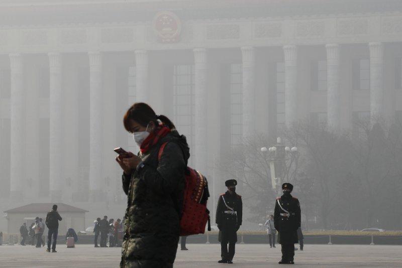 北京的空污與霧霾問題嚴重,民眾紛紛戴上口罩。(美聯社)
