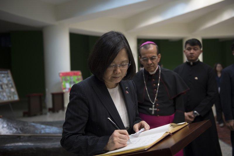 總統蔡英文在薩京大教堂貴賓簽名冊留下「勇者無懼、公理長存」。(總統府提供)