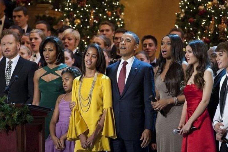 2011年的聖誕節,和歌手賈斯汀·比伯等一起合唱。