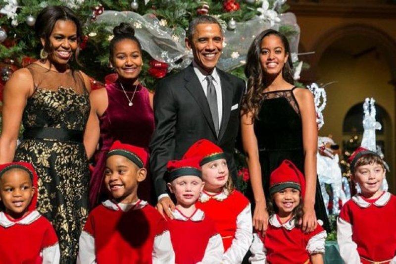 白宮的聖誕傳統也包括接收一棵放在馬車上的聖誕樹,點燈並和在華盛頓聖誕音樂會上打扮成精靈的孩子們合影留念。