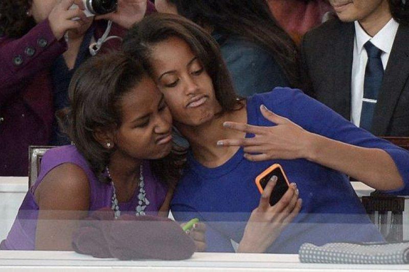 在2013年歐巴馬第二個任期的就職儀式上,姐妹倆抽空自拍。