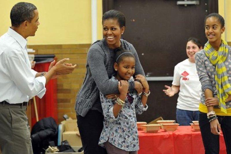 她們的父親有個喜歡即興唱歌的習慣。瞧,2011年蜜雪兒生日時在華盛頓一家學校訪問,歐巴馬唱起了《生日快樂》。
