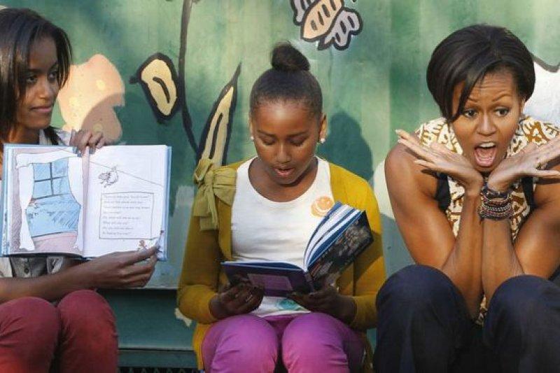 兩姐妹隨父母出訪包括加納、阿根廷、法國、中國和英國等國家。在南非約翰尼斯堡的一個小鎮上,她們念故事給當地的孩子們聽。