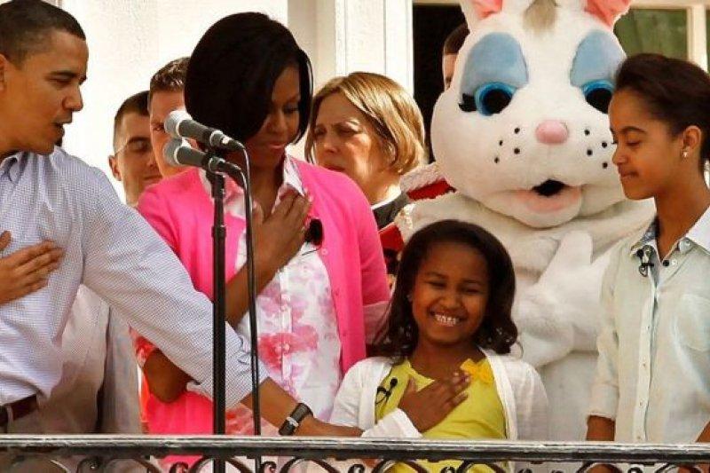一年一度的復活節彩蛋環節是白宮的既定行程。在2010年的復活節活動上,總統歐巴馬確保在奏美國國歌時,小女兒莎夏的右手正確地放在了胸口的位置。