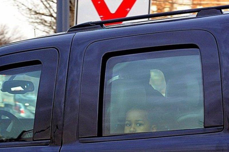 兩姐妹此後從芝加哥搬到了華盛頓。攝影師們捕捉到莎夏送姐姐瑪莉亞去新學校第一天報到後探頭的瞬間。