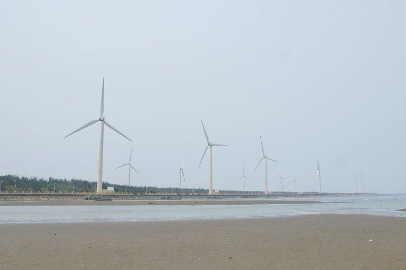 台中高美濕地的風力發電機。(盧逸峰攝)