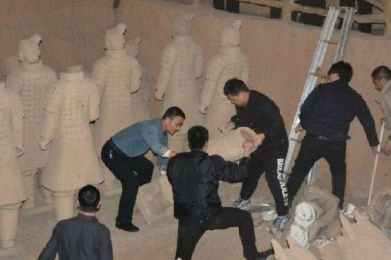 矇騙過不少中外遊客的「山寨兵馬俑」被銷毀。(新華社)