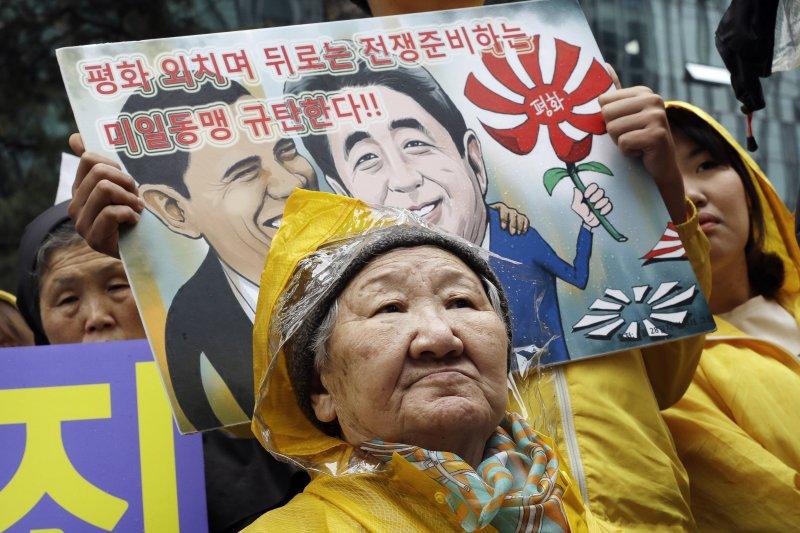 一位參加反日抗議的南韓慰安婦阿嬤。(美聯社)
