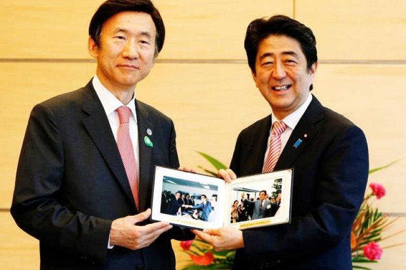 南韓外長尹炳世與日本首相安倍晉三。(美聯社資料照)