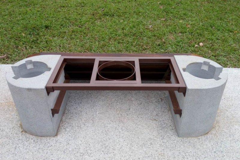 搬開椅面後是多口爐灶。(台北市公園處提供)