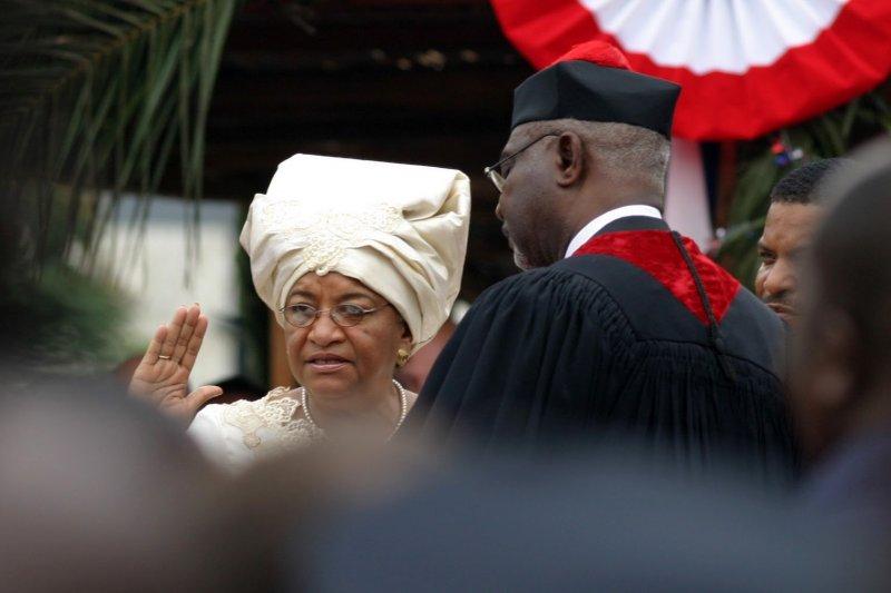 賴比瑞亞首位女總統瑟利夫在2006年宣誓就職(翻攝網路)