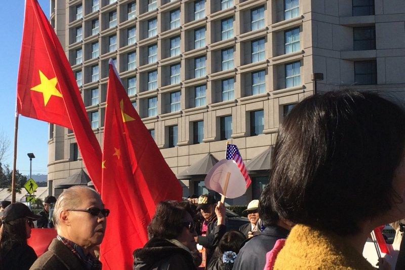 總統蔡英文在舊金山的下塌飯店外有支持者歡迎「台灣總統」,也有主張台灣與中國統一者抗議她過境美國從事分裂活動。(讀者提供).jpg