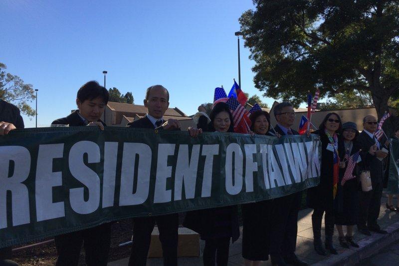 蔡英文在舊金山的下塌飯店外有支持者歡迎「台灣總統」,也有主張台灣與中國統一者抗議她過境美國從事分裂活動。(讀者提供)