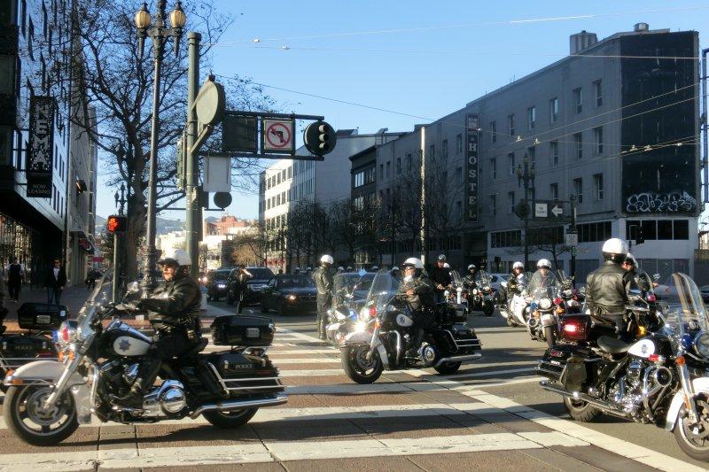 舊金山警方以高規格接待蔡英文過境,派出60輛警車護送車隊。(讀者提供)