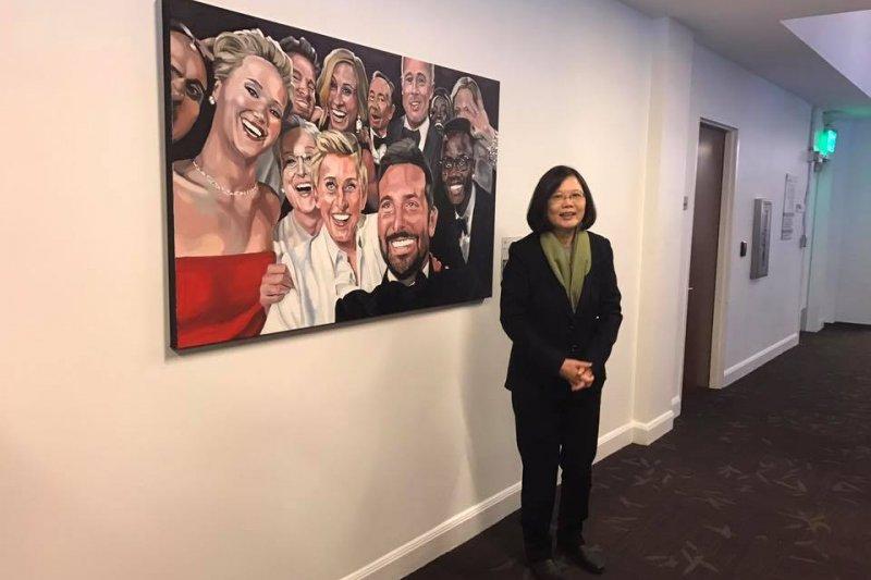 蔡英文參觀推特總部,與奧斯卡巨星自拍照色鉛筆肖像畫合影。(取自莊瑞雄臉書)
