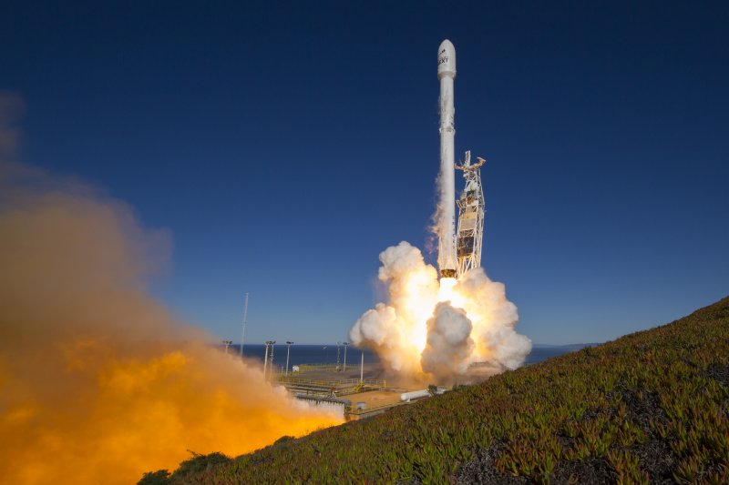 SpaceX「獵鷹9號」(Falcon 9)火箭14日從加利州范登堡空軍基地(Vandenberg Air Force Base)發射升空(AP)