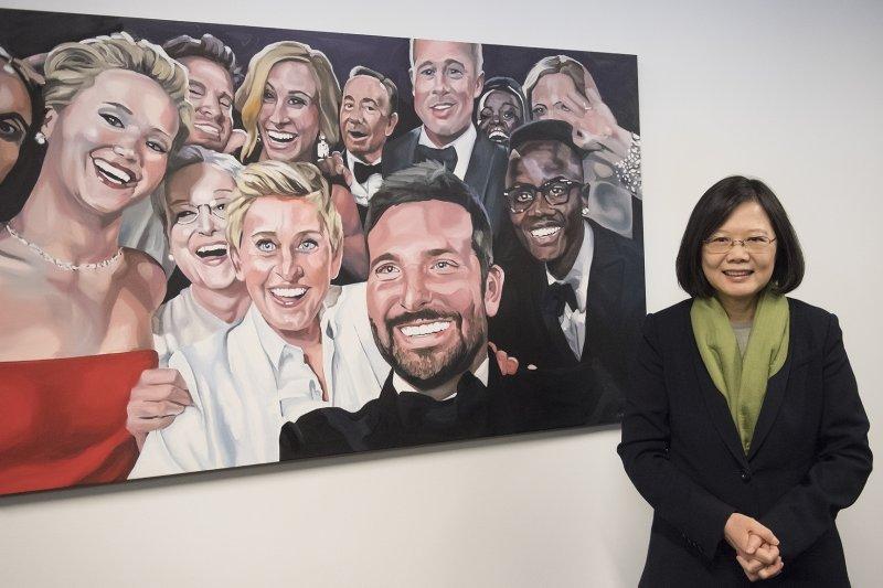 蔡英文總統參訪推特(Twitter)總部,與好萊塢巨星於奧斯卡頒獎典禮上自拍的畫像合影留念(總統府)
