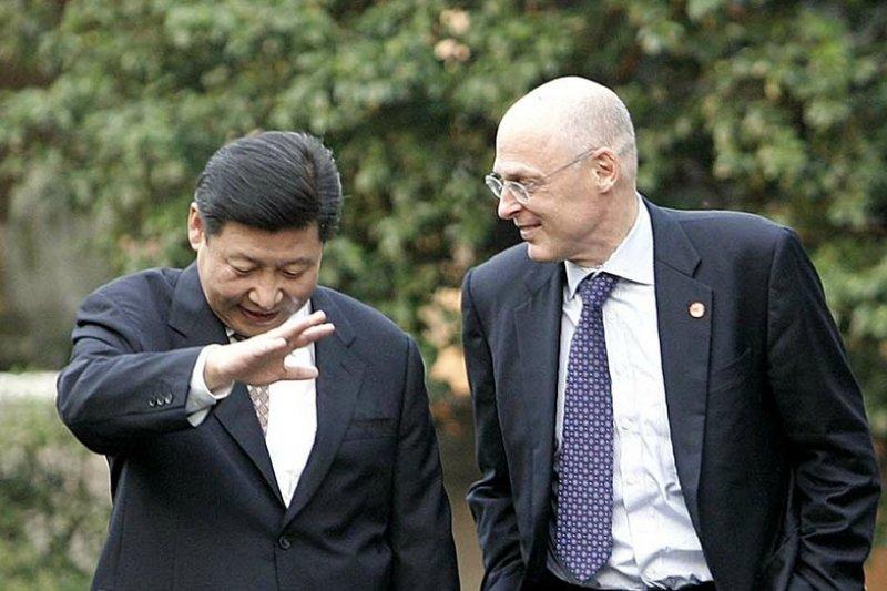 習近平(左)曾與鮑爾森(右)多自會面。(美聯社)