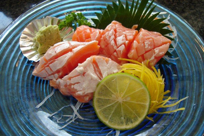 醫師表示,吃生魚片感染絛蟲,在台灣真的非常少見...(圖/takaokun@flickr)