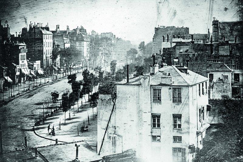 達蓋爾於1838年在巴黎拍攝的〈聖殿大道〉(Boulevard du Temple)照片,是目前已知最早一張有人物入鏡的照片。(圖/大寫出版提供)