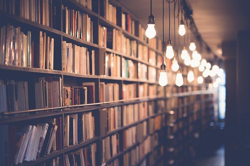 柏林獨立書店的經營之道,給出版業的啟示。(圖/Janko Ferlic@Unsplash)