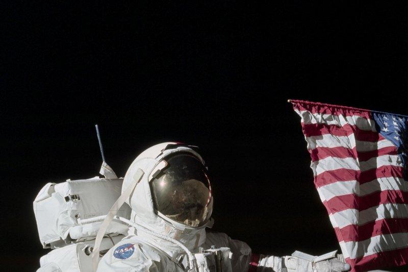 阿波羅17號指揮官賽南在月球揮舞美國國旗。(美聯社)