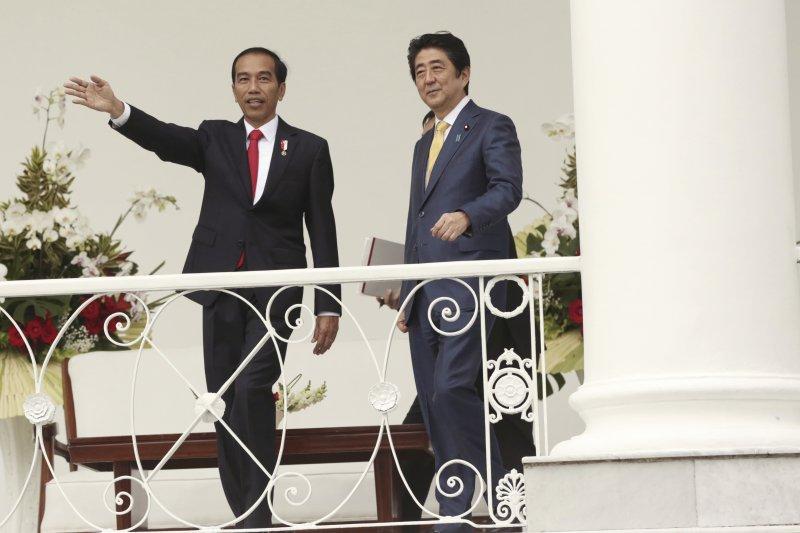 安倍晉三與印尼總統佐科威。(美聯社)