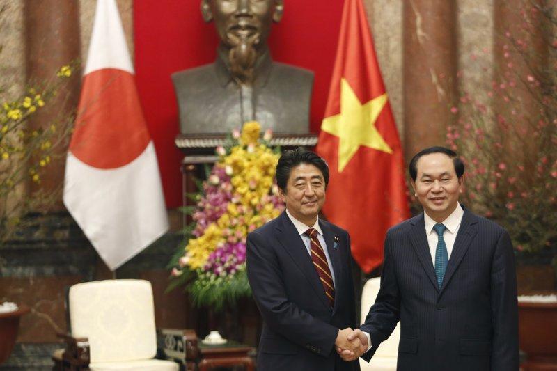 安倍晉三與越南國家主席陳大光。(美聯社)