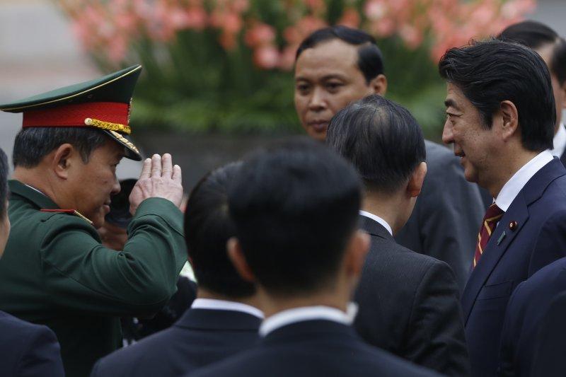 安倍晉三與越南國防部副部長閉春長。(美聯社)