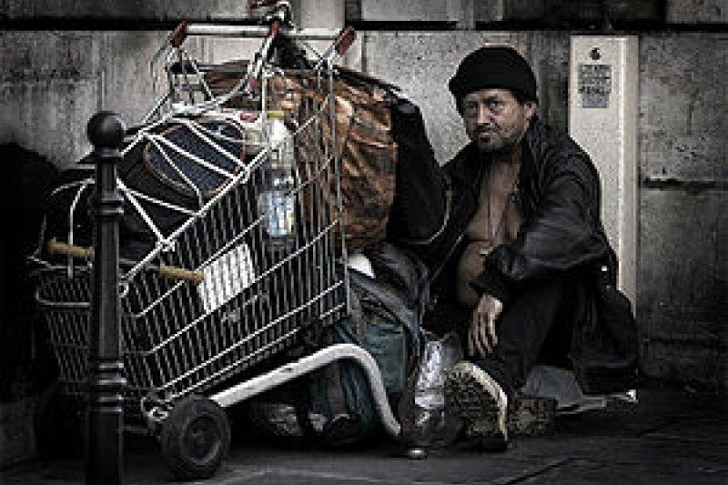 無家者在冬季因無固定居處可避寒,屢成為媒體關注或民間組織倡議關懷的焦點。(取自維基百科)