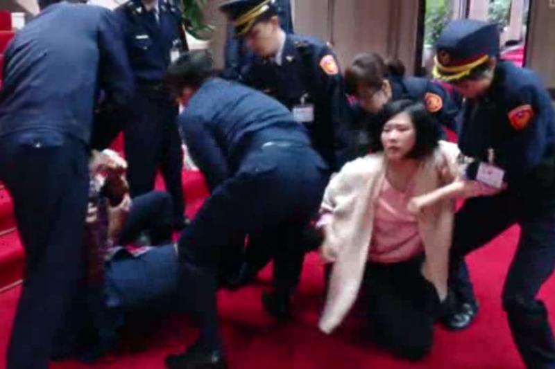 國民黨黨工自救會衝入行政院,遭警力壓制。 (擷取自影片)