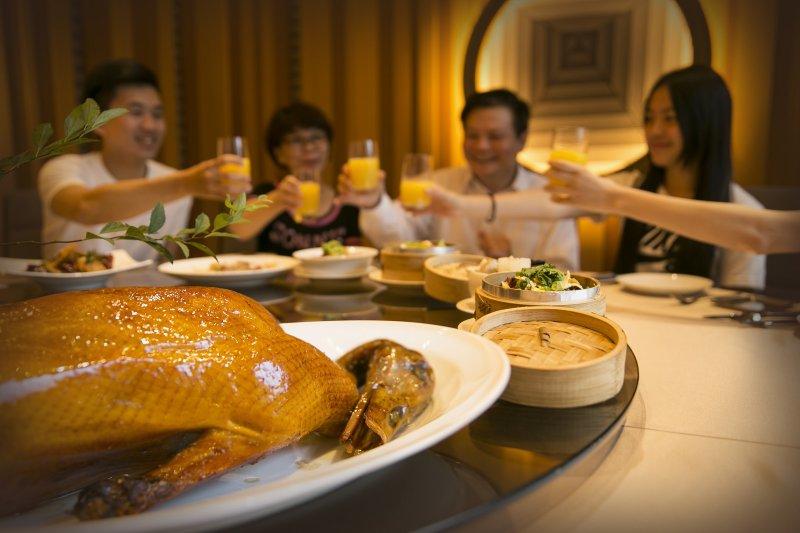 隨著家庭結構改變,許多家庭不一定都要吃中式料理,或堅持坐圓桌圍爐了。(圖/台北萬豪酒店提供)