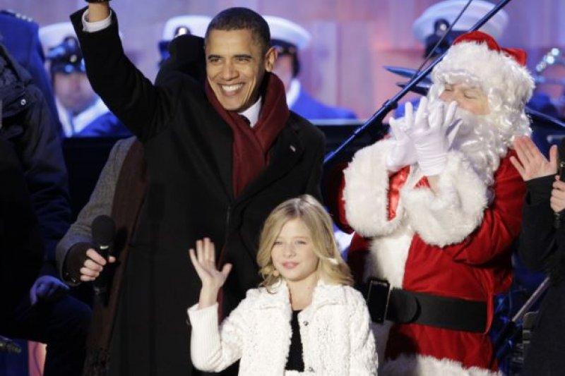 2010年12月9日,在白宮聖誕樹點燈後,小賈姬站在歐巴馬總統旁邊。(美國之音)