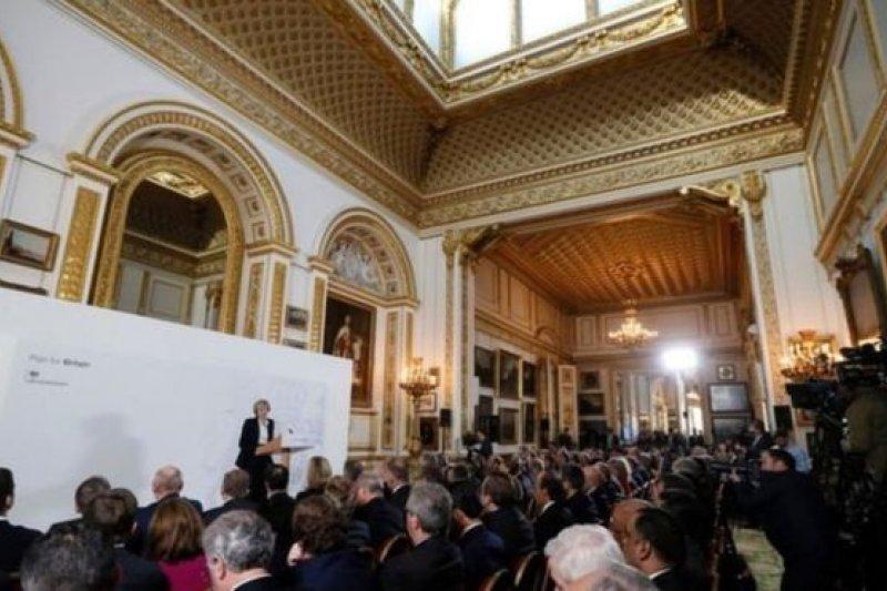 其他歐盟國家的大使也受邀請來聆聽梅伊首相的講話。(BBC中文網)