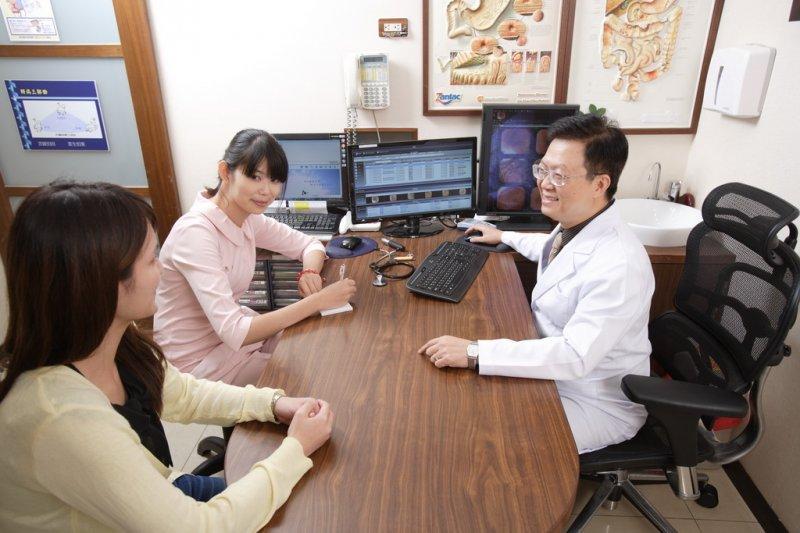 20170118-SMG0045-005-中華民國肥胖研究學會理事長蕭敦仁(右一)(蕭敦仁提供)(天如過年專題)