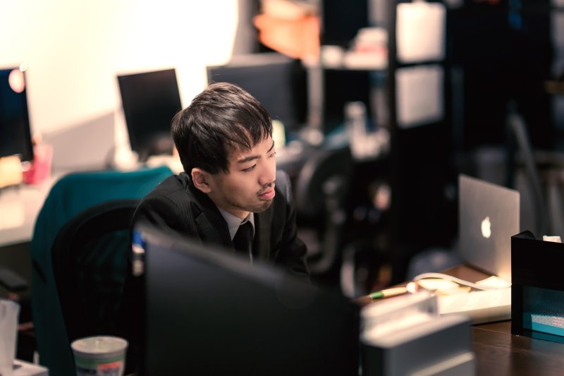 整天工作加班,失去自己的生活,真的值得嗎?(圖/Pakutaso)