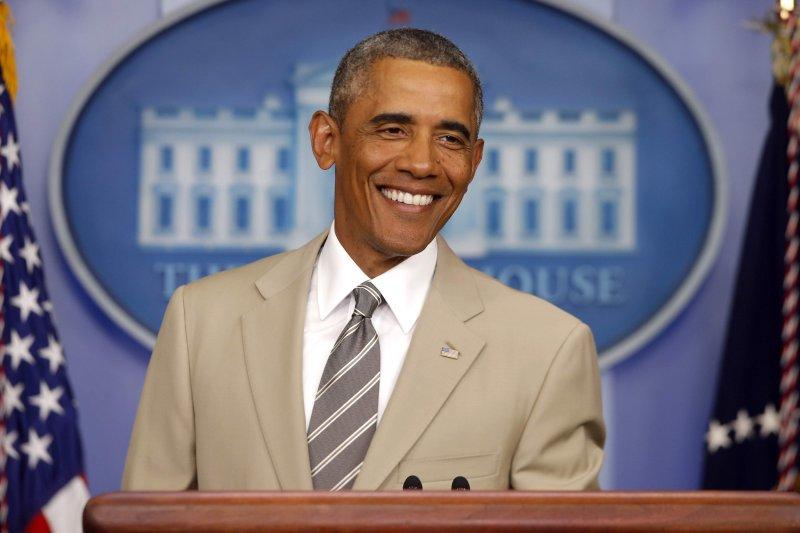 歐巴馬在2014年穿著棕色系西裝舉行記者會(AP)