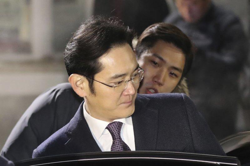 三星副會長李在鎔18日結束庭訊後,搭車離去。(美聯社)