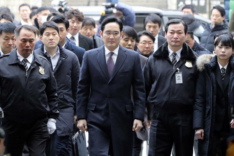 三星副會長李在鎔18日抵達首爾法院。(美聯社)