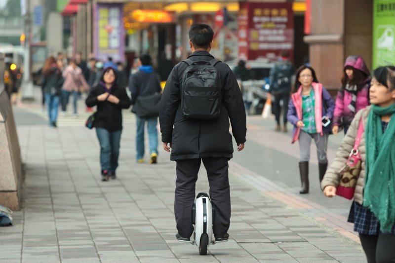 20170120-民眾騎乘電動單輪車於台北街頭穿梭。(顏麟宇攝)