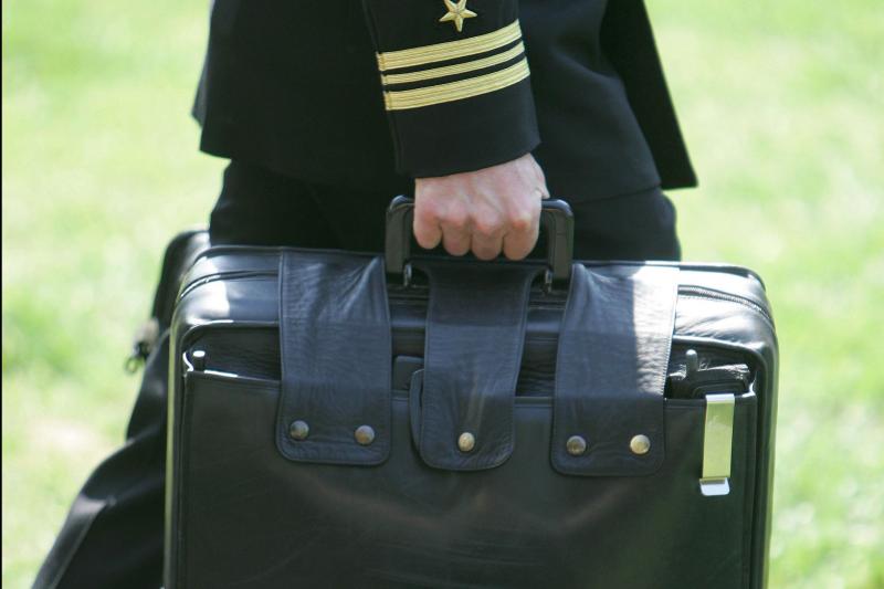 這個被稱為「足球」的手提箱,裝的就是讓美國總統執行核武攻擊程序和通訊的設備。(AP)
