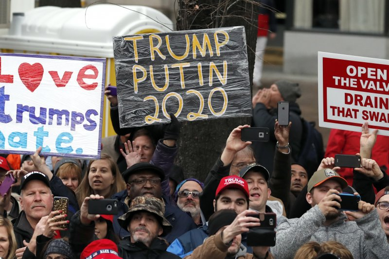 川普20日在華府正式就職,許多反對他的民眾高舉抗議標語。(美聯社)