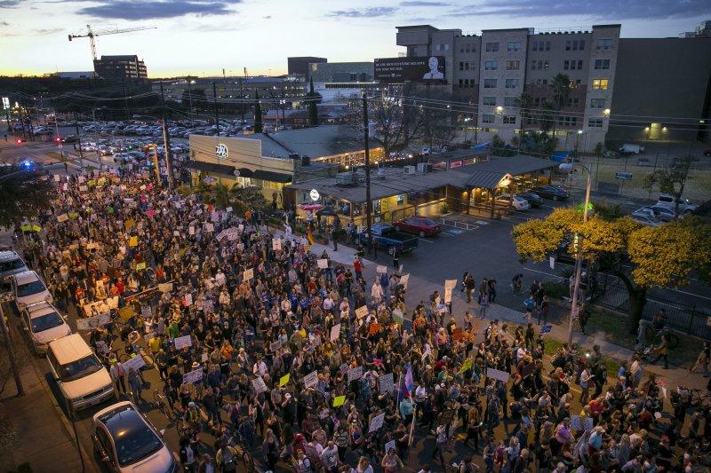德州民眾20日走上街頭,抗議川普就職。(美聯社)