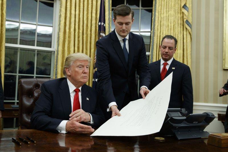 川普20日簽署新任國防部長馬提斯的人事令。(美聯社)