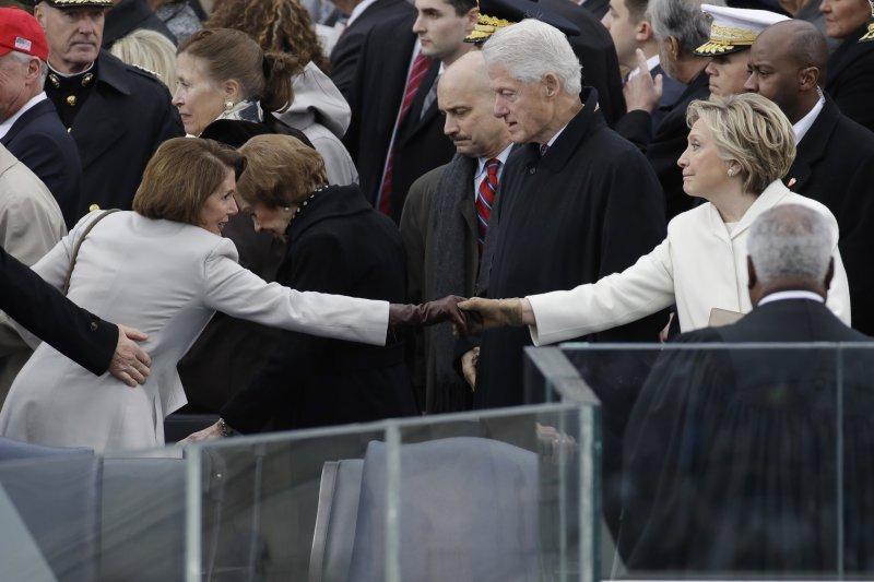 柯林頓與希拉蕊夫婦出席川普就職典禮。(美聯社)