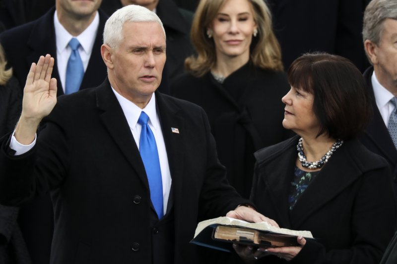 美國副總統彭斯在首席大法官羅伯茲的監誓之下,宣誓就職。(美聯社)