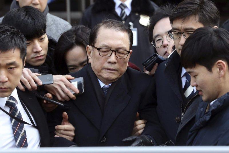 南韓前青瓦台秘書室長金淇春涉嫌編製「藝文界黑名單案」,21日淩晨遭到逮捕(AP)